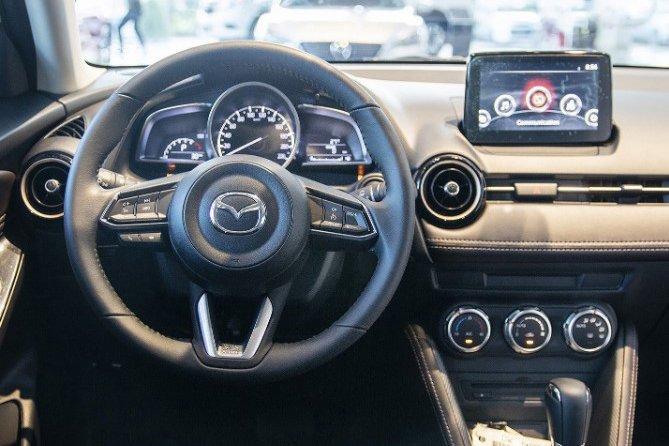 So sánh xe Kia Soluto 2019 và Mazda 2 2019 về thiết kế nội thất - Ảnh 1.