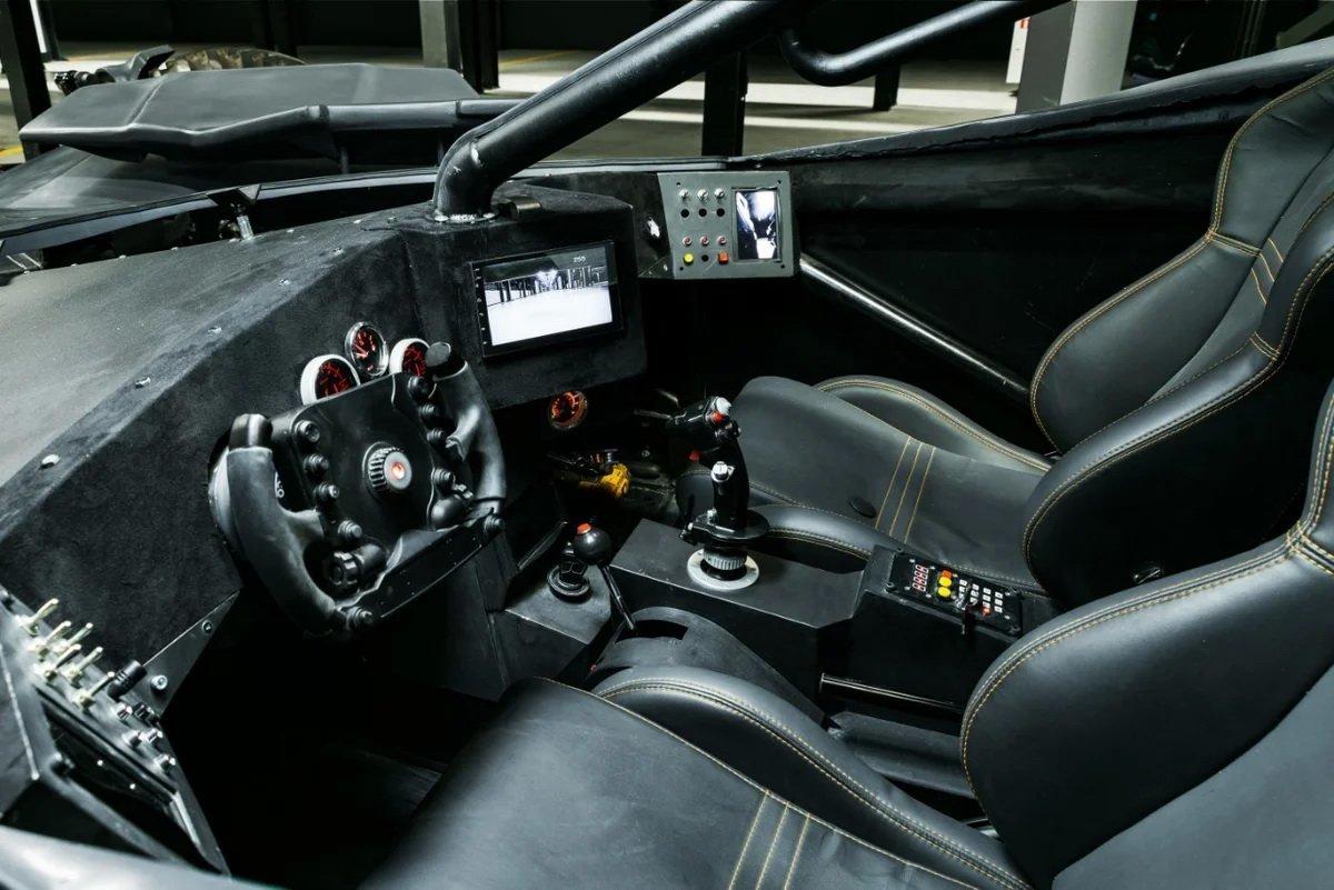 Batmobile sở hữu nhiều tính năng hiện đại.