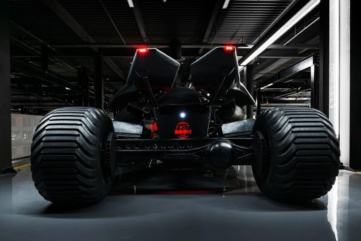 Batmobile sở hữu ngoại hình hầm hố và kỳ dị.