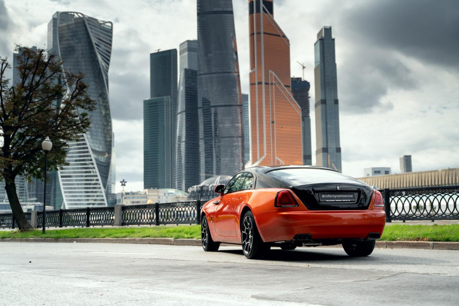 Rolls-Royce sở hữu màu ngoại thất Orange Metallic.