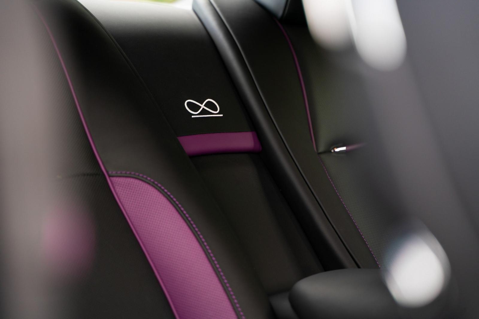 Biểu tượng vô cực thêu trên tựa ghế Rolls-Royce Wraith Black & Bright.