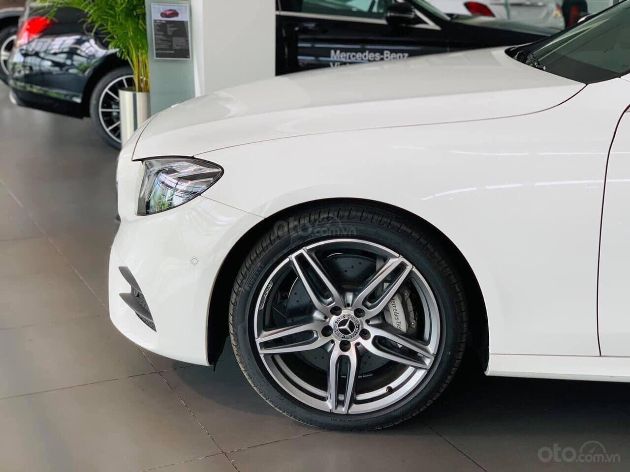 Giá Mercedes E300 AMG 2020, ưu đãi tiền mặt, bảo hiểm, phụ kiện chính hãng tháng 02/2020 (4)