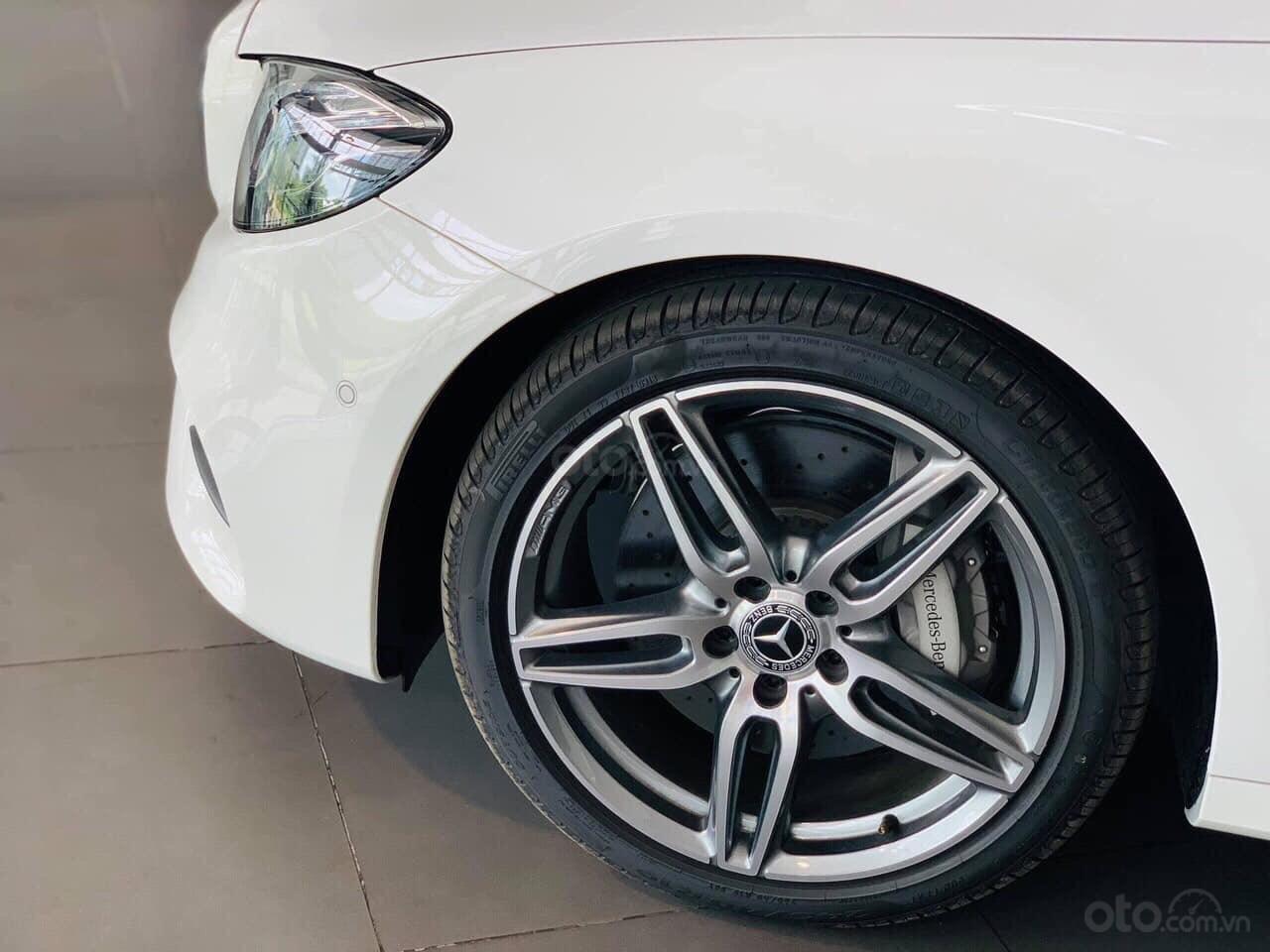 Giá Mercedes E300 AMG 2020, ưu đãi tiền mặt, bảo hiểm, phụ kiện chính hãng tháng 02/2020 (10)