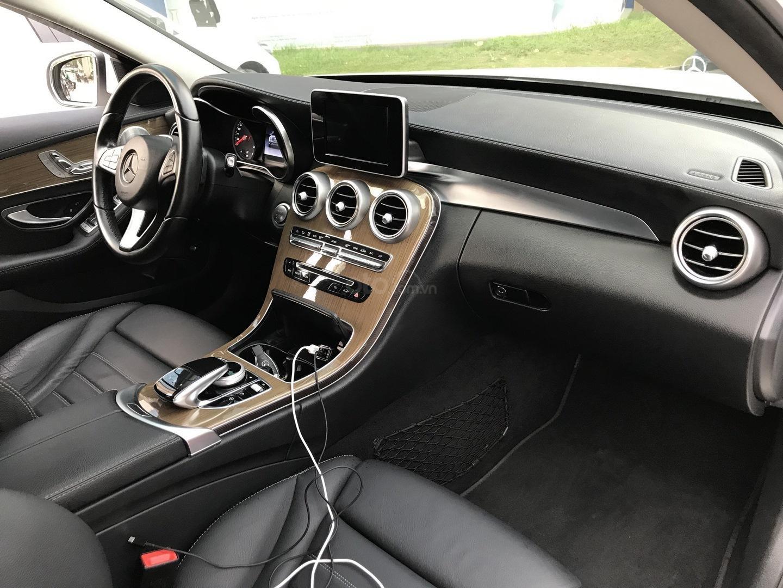 Xe chính chủ bán Mercedes C250 Exclusive 2017 màu trắng, giá tốt, có xuất HĐ (10)