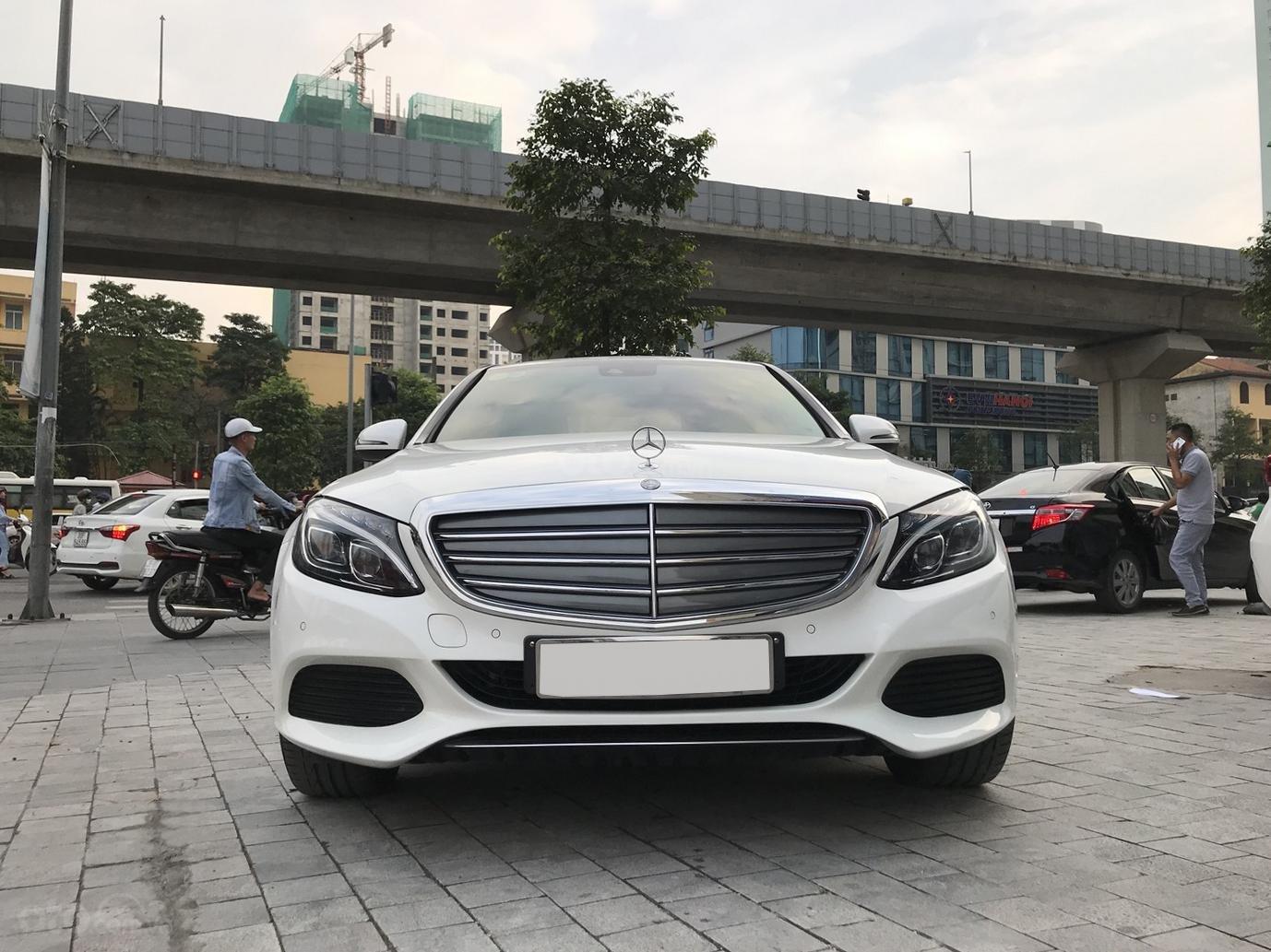 Xe chính chủ bán Mercedes C250 Exclusive 2017 màu trắng, giá tốt, có xuất HĐ (5)