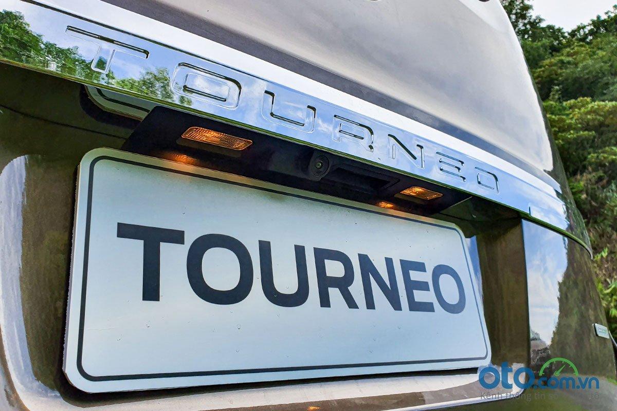 Đánh giá xe Ford Tourneo 2019: Ốp crôm trang trí to bản với dòng chữ Tourneo được dập chìm.
