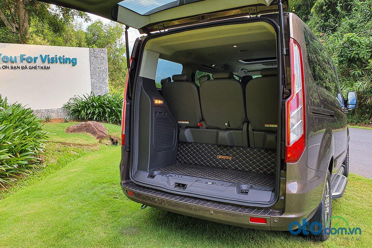 Đánh giá xe Ford Tourneo 2019: Khoang hành lý rất rộng ngay cả khi sử dụng đủ 3 hàng ghế.