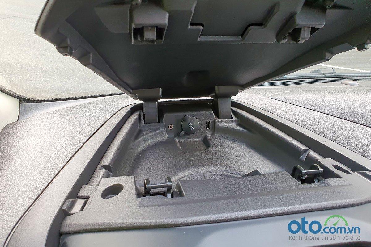 Đánh giá xe Ford Tourneo 2019: Cổng kết nối bố trí phía trên bảng đồng hồ.