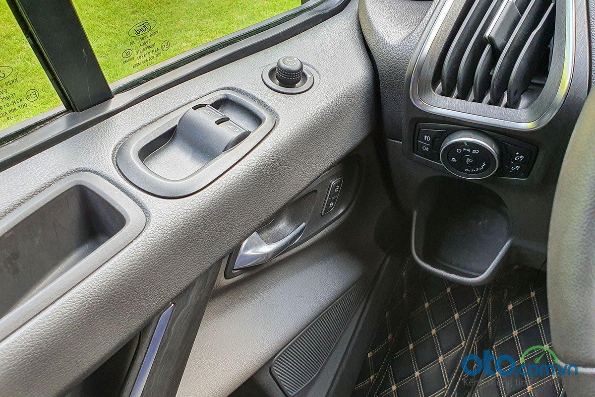 Đánh giá xe Ford Tourneo 2019: Điều chỉnh lên kính và gương gập điện.