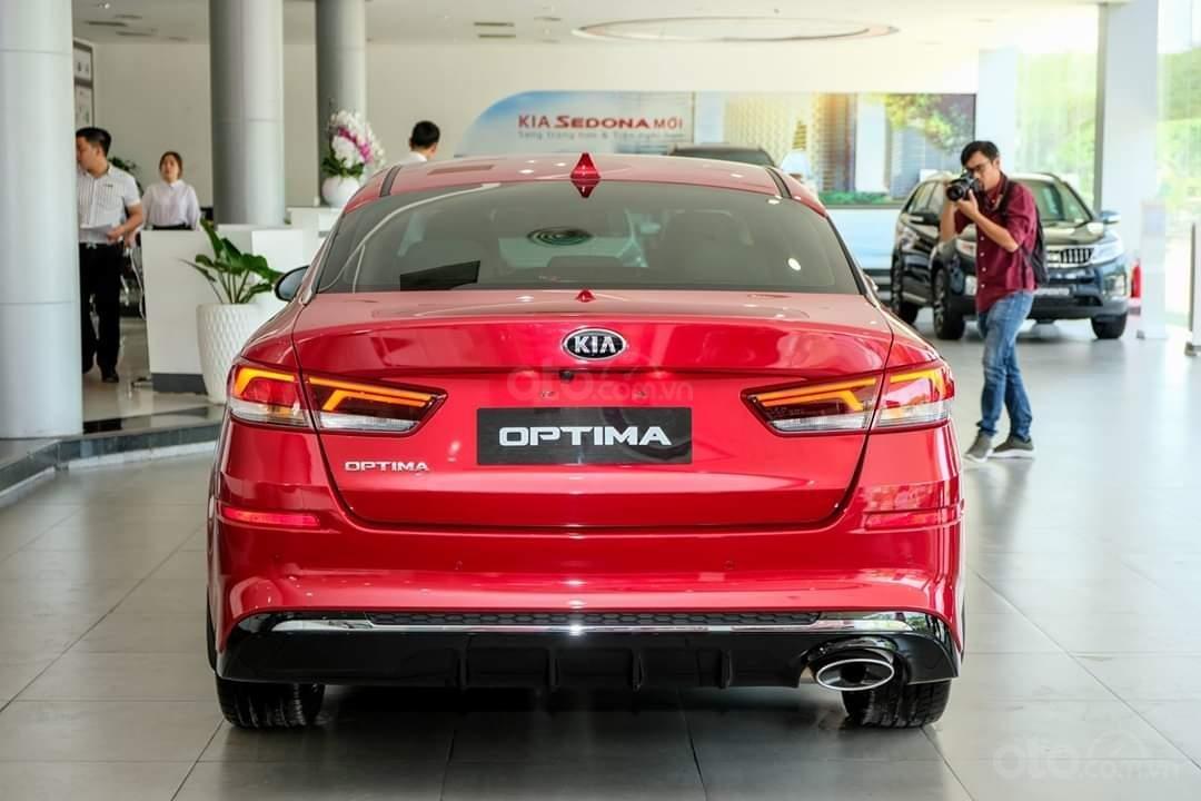 So sánh xe Kia Optima 2019 và Toyota Corolla Altis 2019 về đuôi xe a1