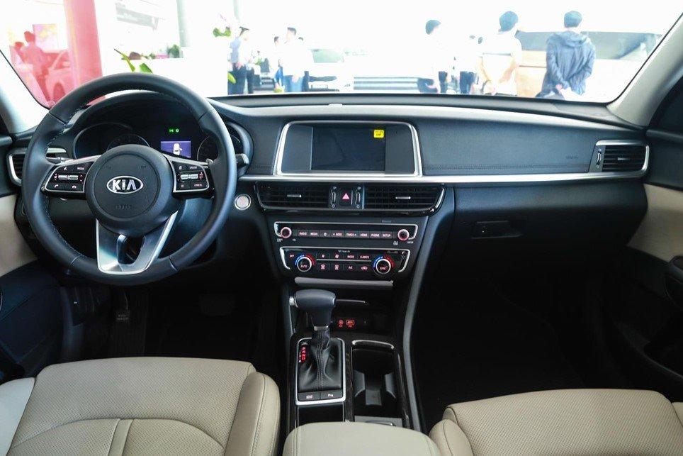 So sánh xe Kia Optima 2019 và Toyota Corolla Altis 2019: Thiết kế khoang nội thất 1