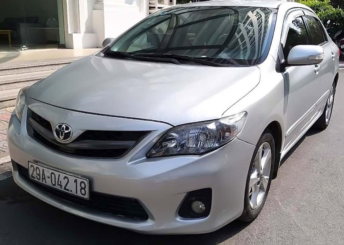 Cần bán Toyota Corolla Altis đời 2011, màu bạc, chính chủ (1)