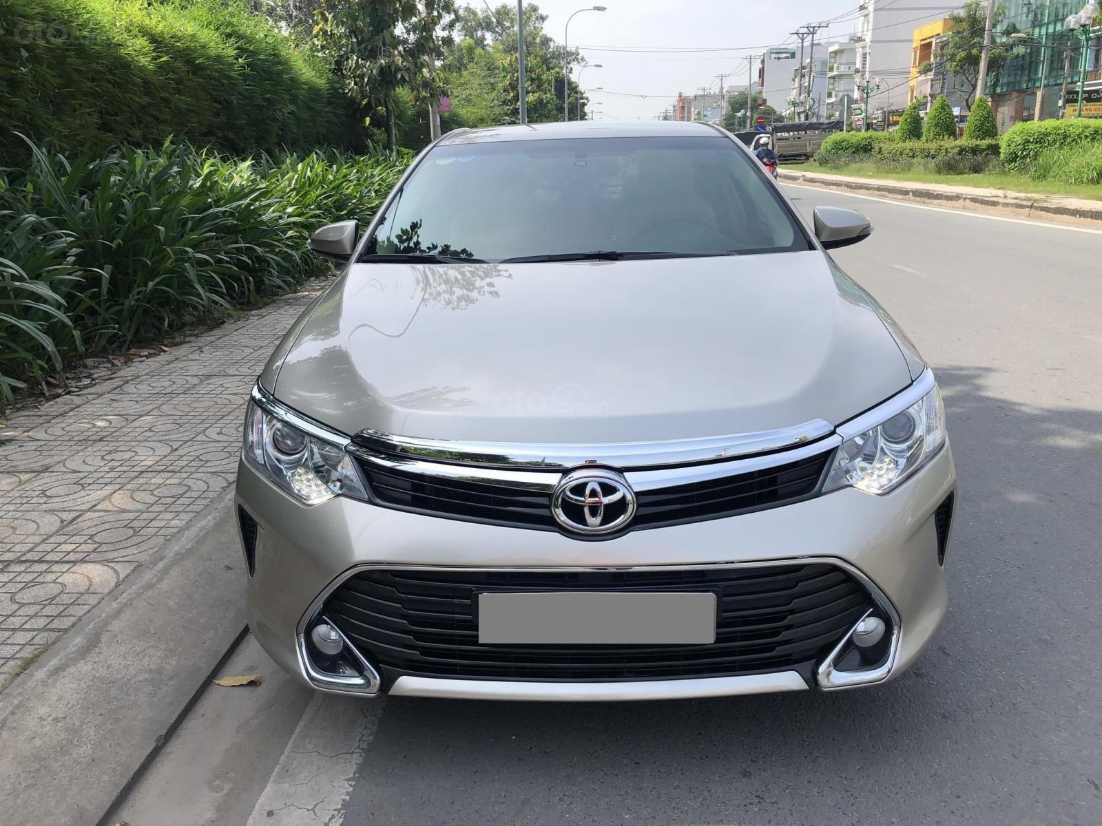 Cần bán Toyota Camry model 2018 vàng hoàng kim rất mới (2)