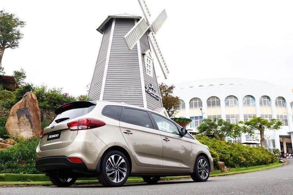 Kia Rondo 2019 là lựa chọn tốtcho gia đìnhđông thành viên,còn Toyota Avanza hợp với kinh doanh dịch vụ vận tải a2