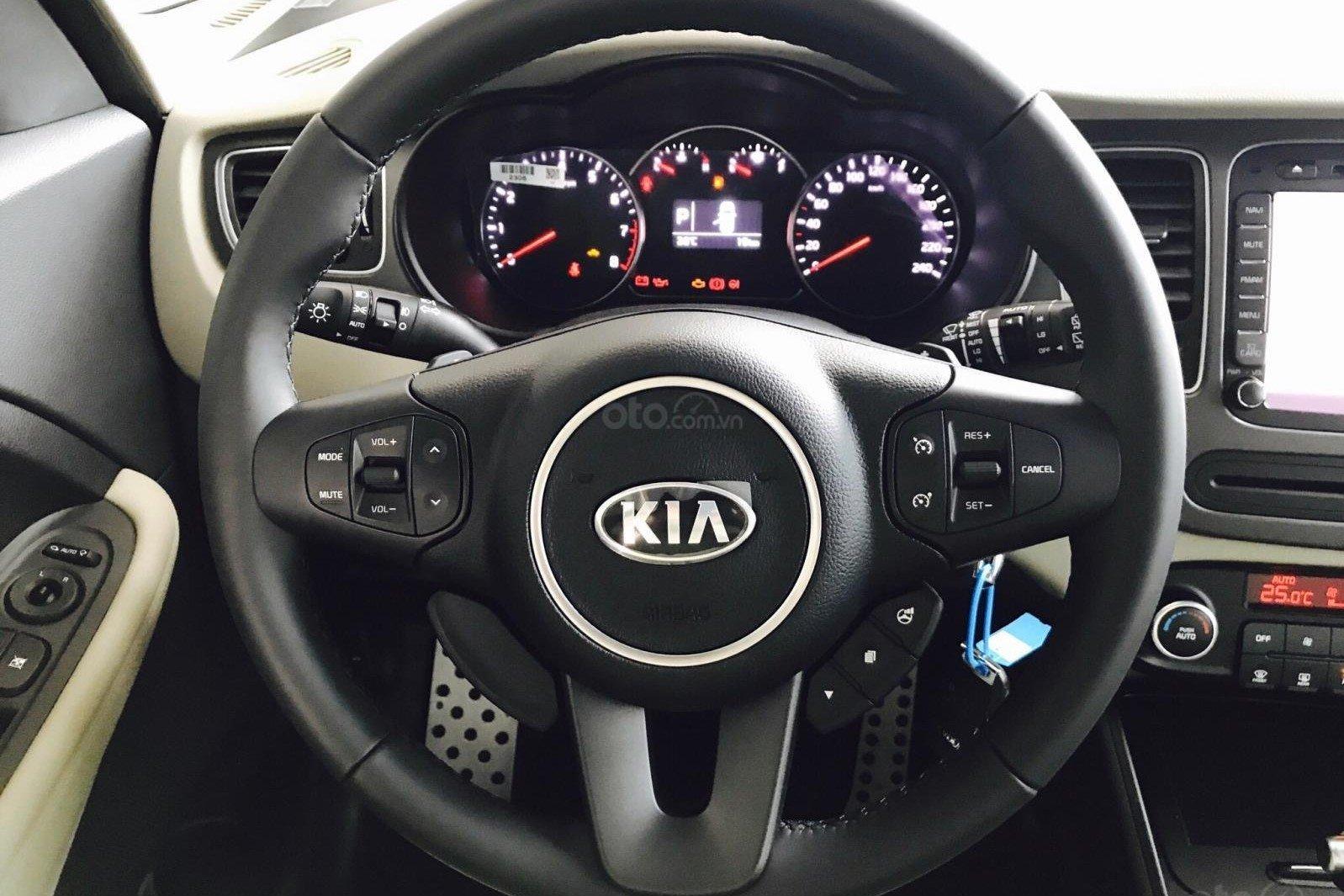 So sánh xe Toyota Avanza 2019 và Kia Rondo 2019 về vô lăng và đồng hồ lái a2