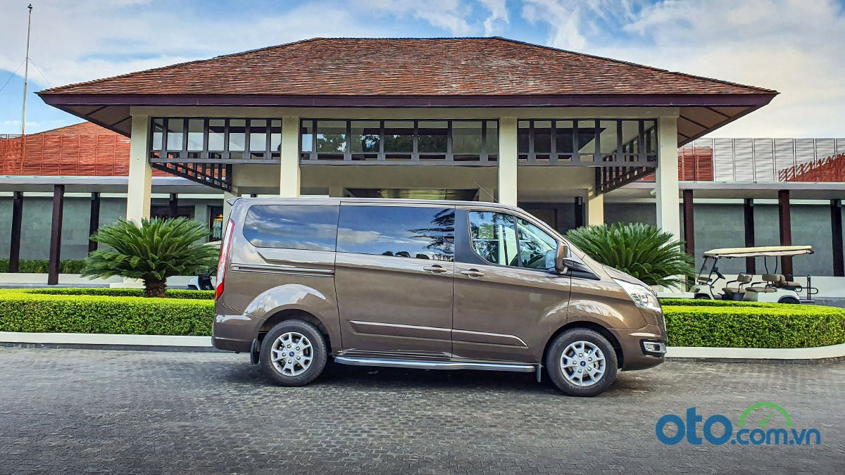So sánh xe Peugeot Traveller 2019 và Ford Tourneo 2019 a8