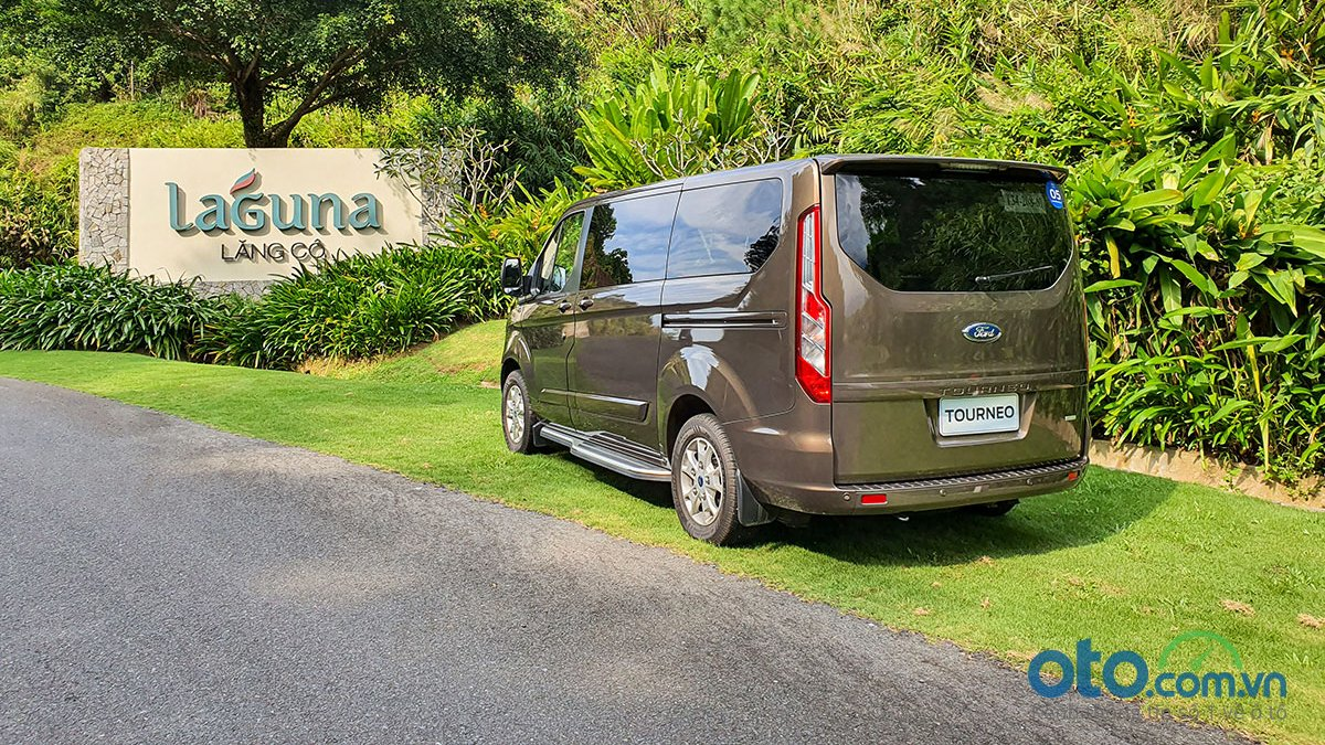 So sánh xe Peugeot Traveller 2019 và Ford Tourneo 2019 a12