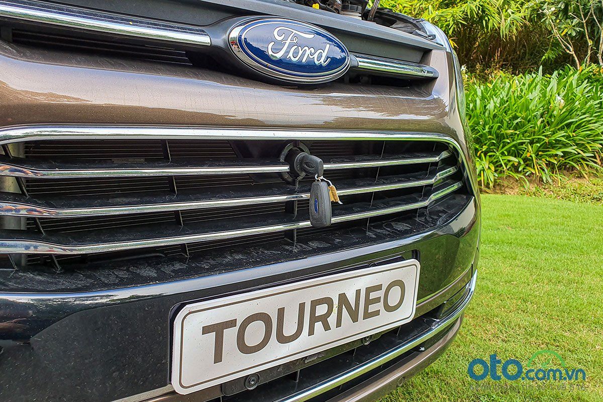 So sánh xe Peugeot Traveller 2019 và Ford Tourneo 2019 a6