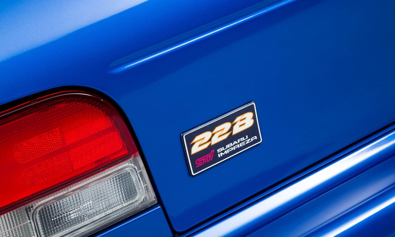 Logo STi đặt cân đối hai bên đầu xe, gần hốc gió Subaru Impreza 22B STi.
