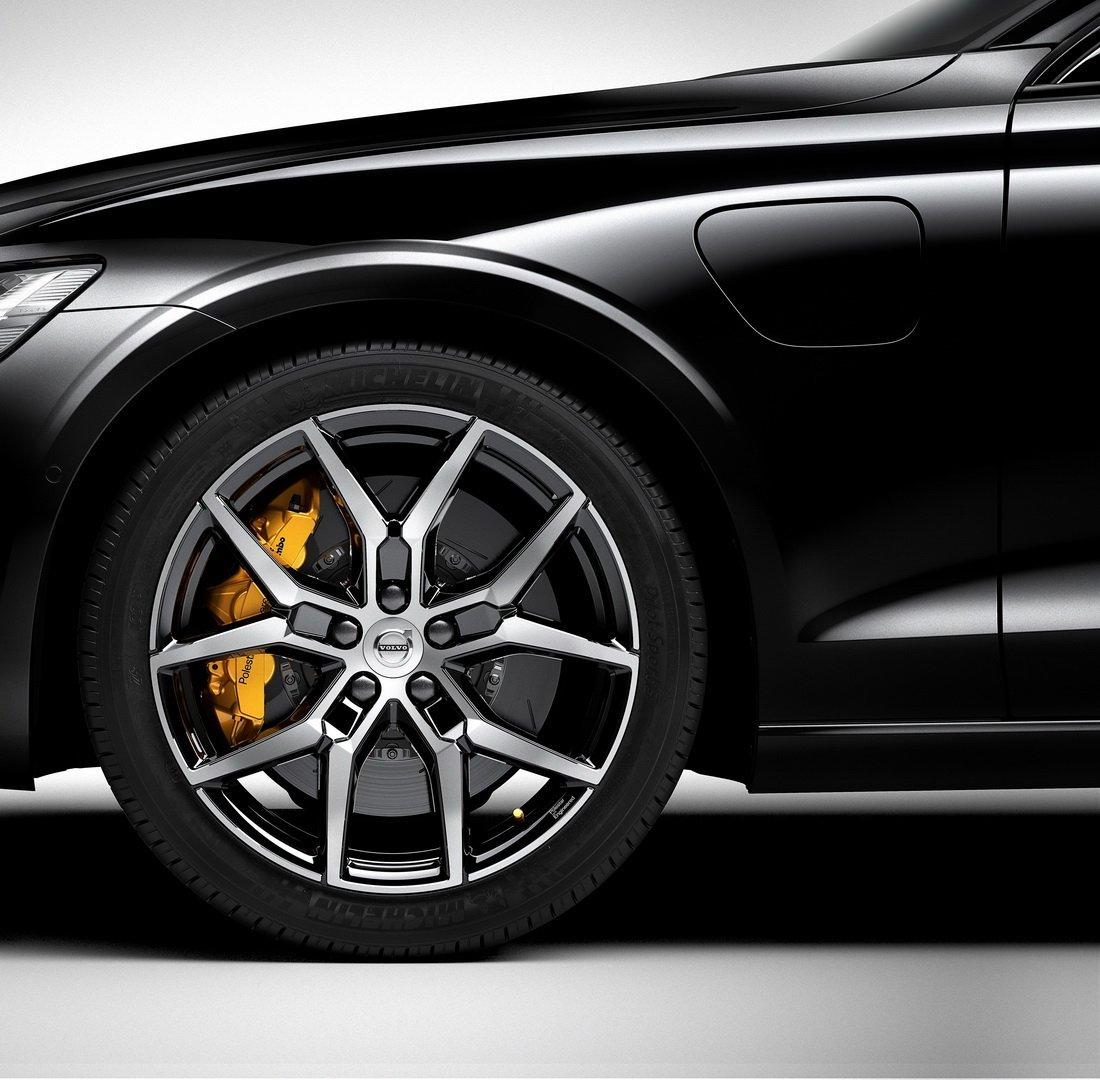 Bộ mâm hợp kim 5 chấu và phanh kẹp màu vàng nổi bật của Volvo S60 Polestar Engineered.