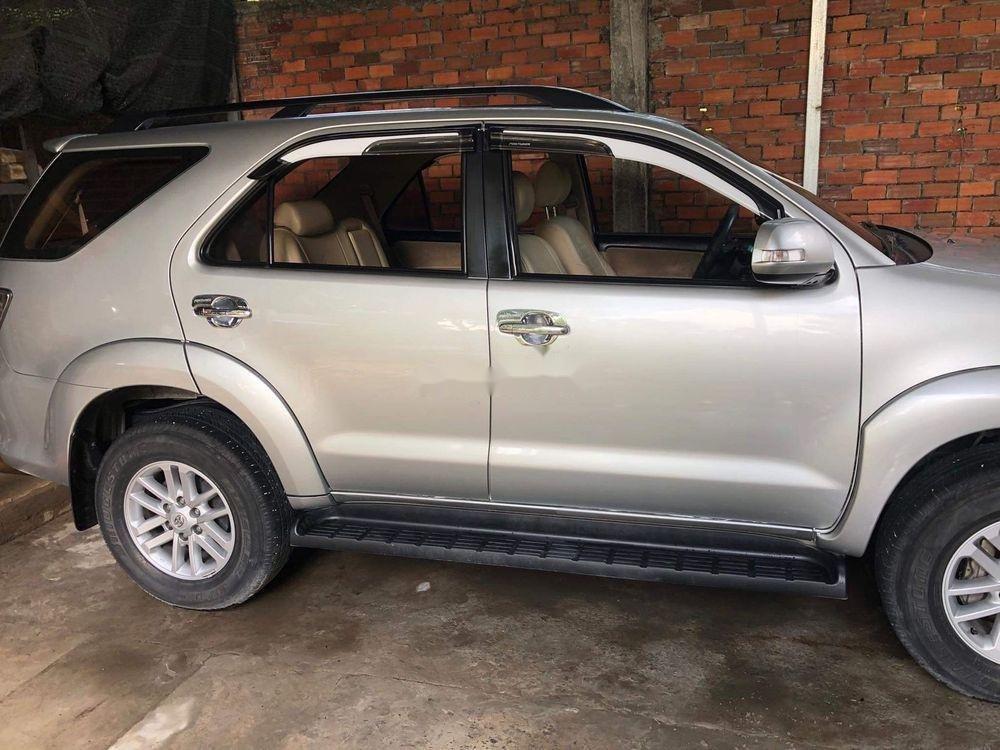 Cần bán Toyota Fortuner năm 2014, màu bạc xe gia đình (2)