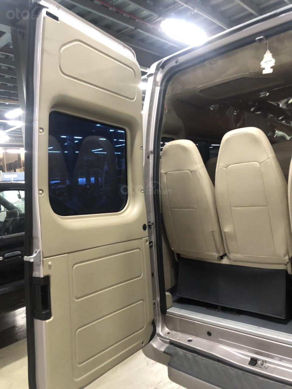 Xe Ford Transit Luxury năm sản xuất 2018, màu bạc (8)