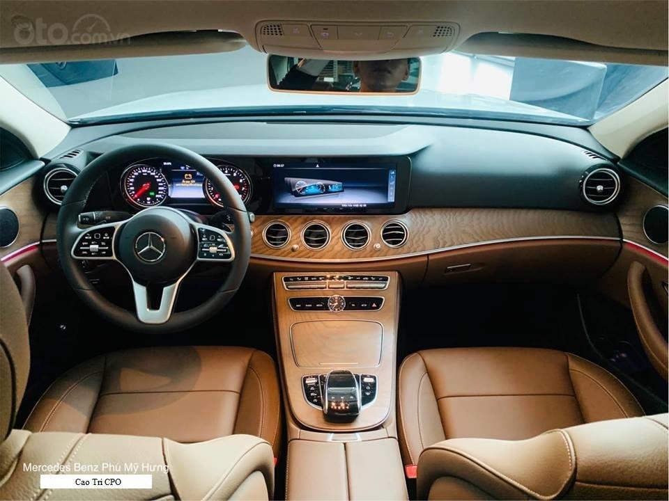 Bán Mercedes-Benz E200 2019, 30km, nhận ngay bảo hiểm thân xe (4)