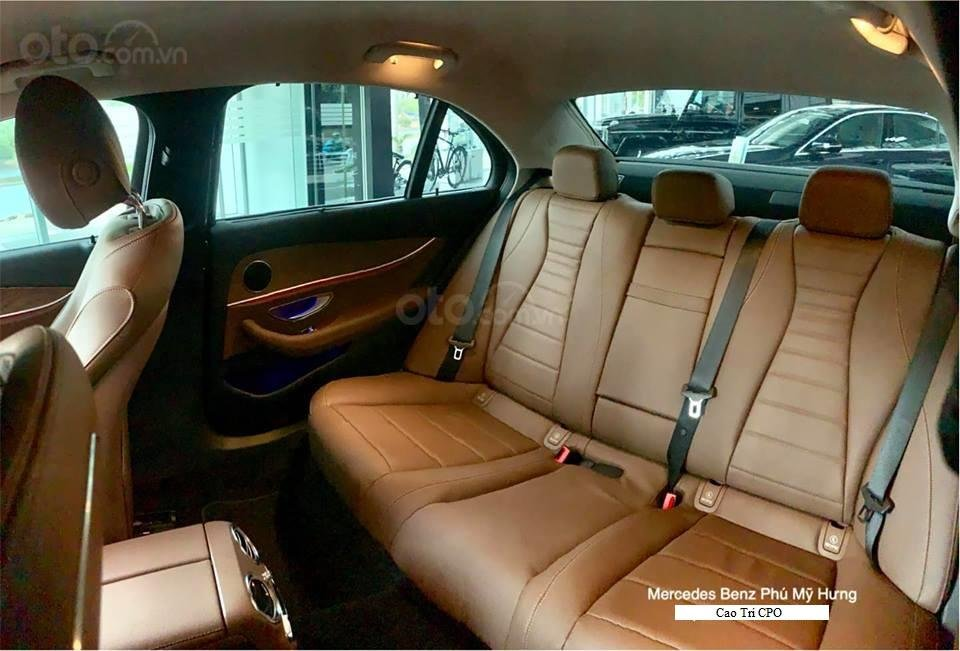 Bán Mercedes-Benz E200 2019, 30km, nhận ngay bảo hiểm thân xe (8)