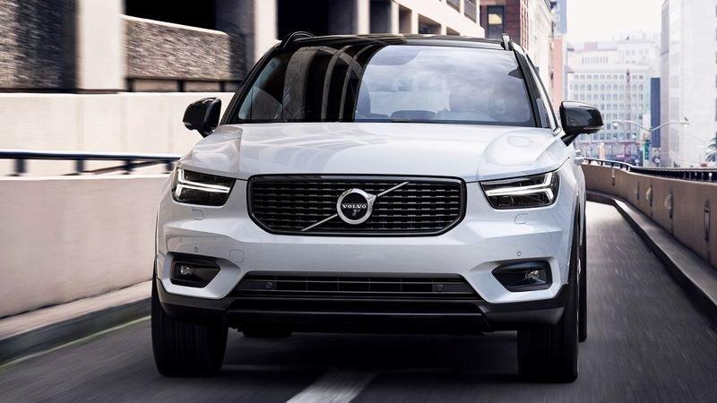 Phần đầu xe mang thiết kế vuông vức đặc trưng của xe Volvo thế hệ mới