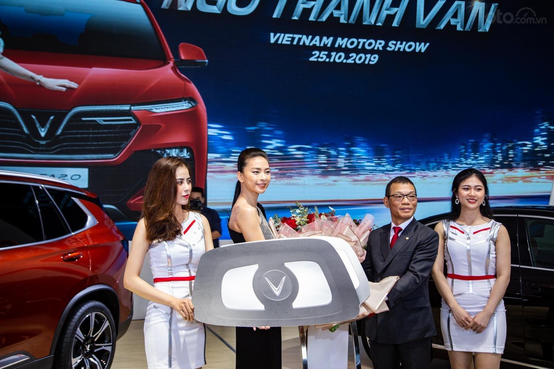 """[VMS 2019] Trở thành đại thương hiệu VinFast, """"đả nữ"""" Ngô Thanh Vân được tặng xe VinFast SA2.0 a2"""