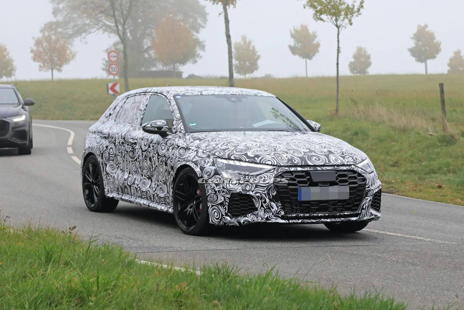 Audi RS3 Sportback 2021 sở hữu khe hút gió lớn.