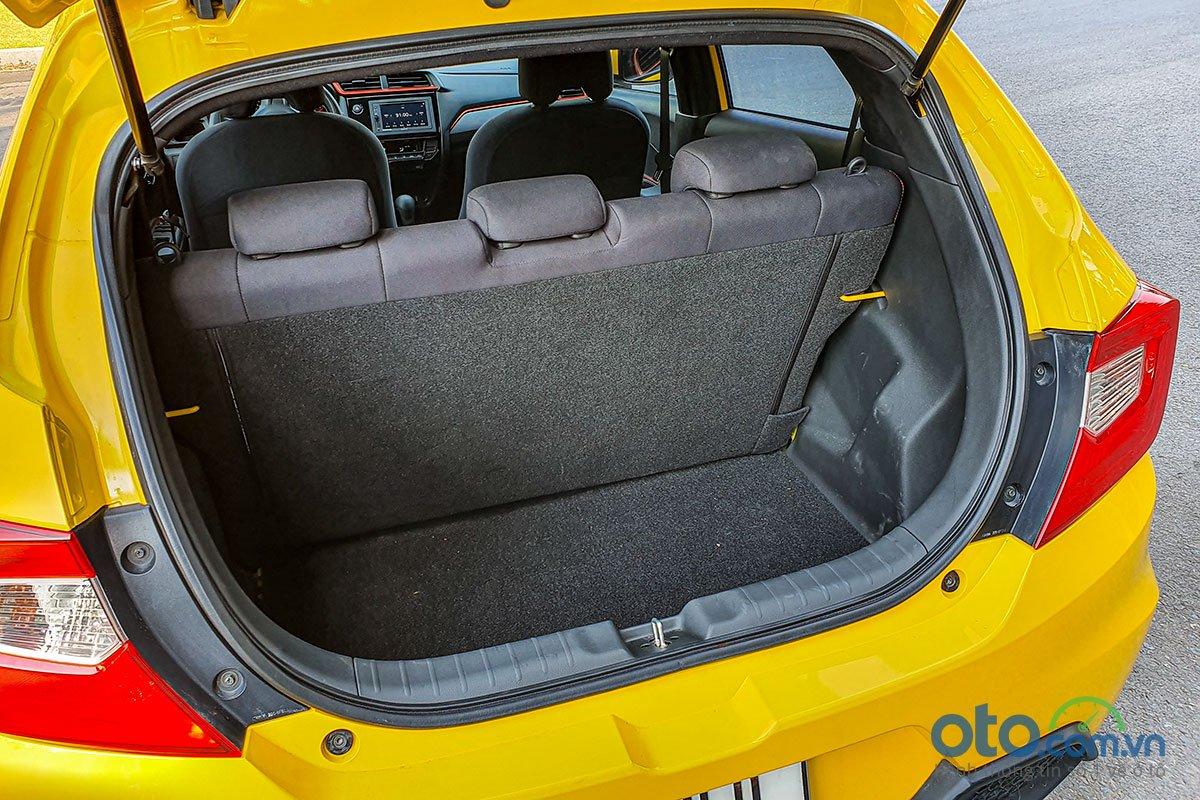 Dù được tăng thêm 84 lít so với trước nhưng cách mà Honda thiết kế khoang hành lý của Brio 2019 vẫn khiến nó có cảm giác hơi nhỏ bé.