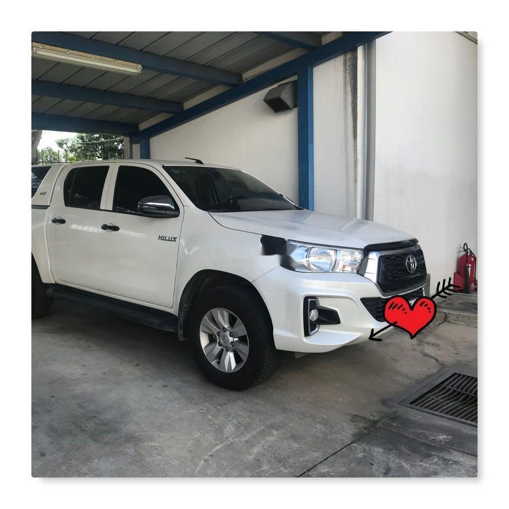 Cần bán xe Toyota Hilux đời 2018, màu trắng, xe ít sử dụng (2)