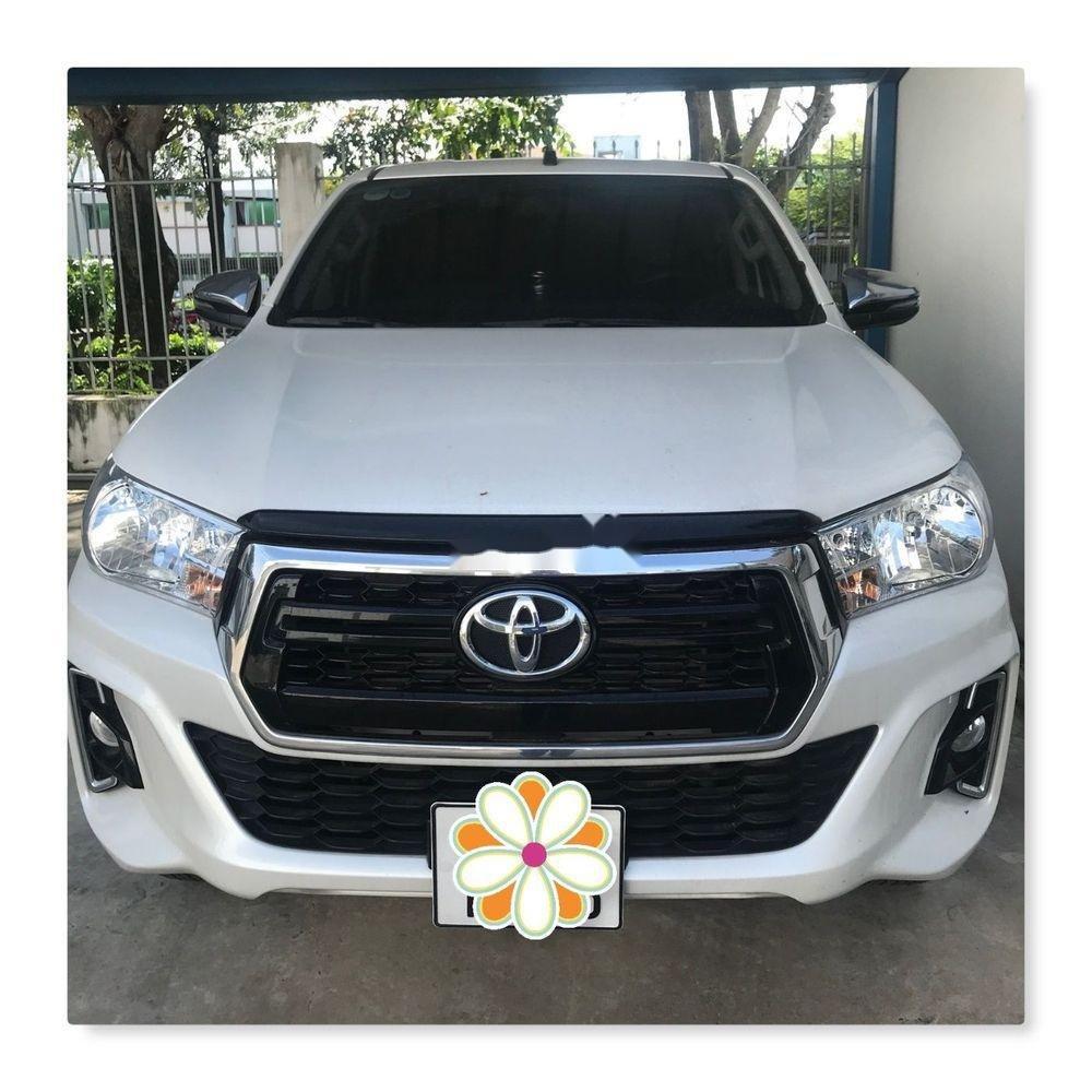 Cần bán xe Toyota Hilux đời 2018, màu trắng, xe ít sử dụng (1)