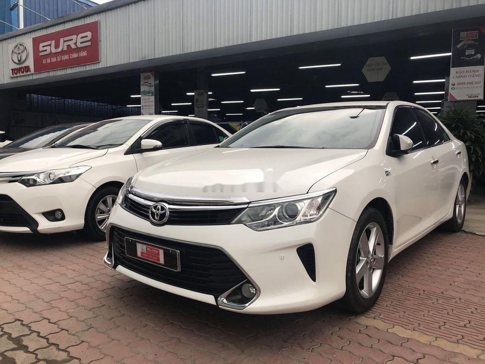 Cần bán Toyota Camry 2017, màu trắng, giá tốt (1)
