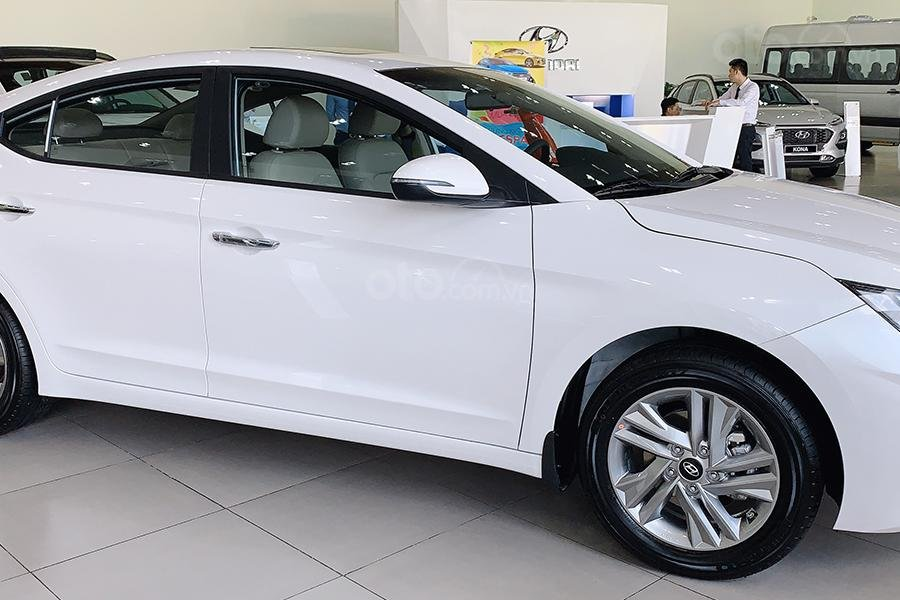 Bán xe Hyundai Elantra 2019 1. 6 AT giá 630 triệu, cơ hội trúng 100 triệu khi mua xe, xe mới 100% (2)