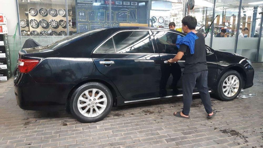 Bán xe Toyota Camry 2.0E năm 2014, màu đen chính chủ (5)