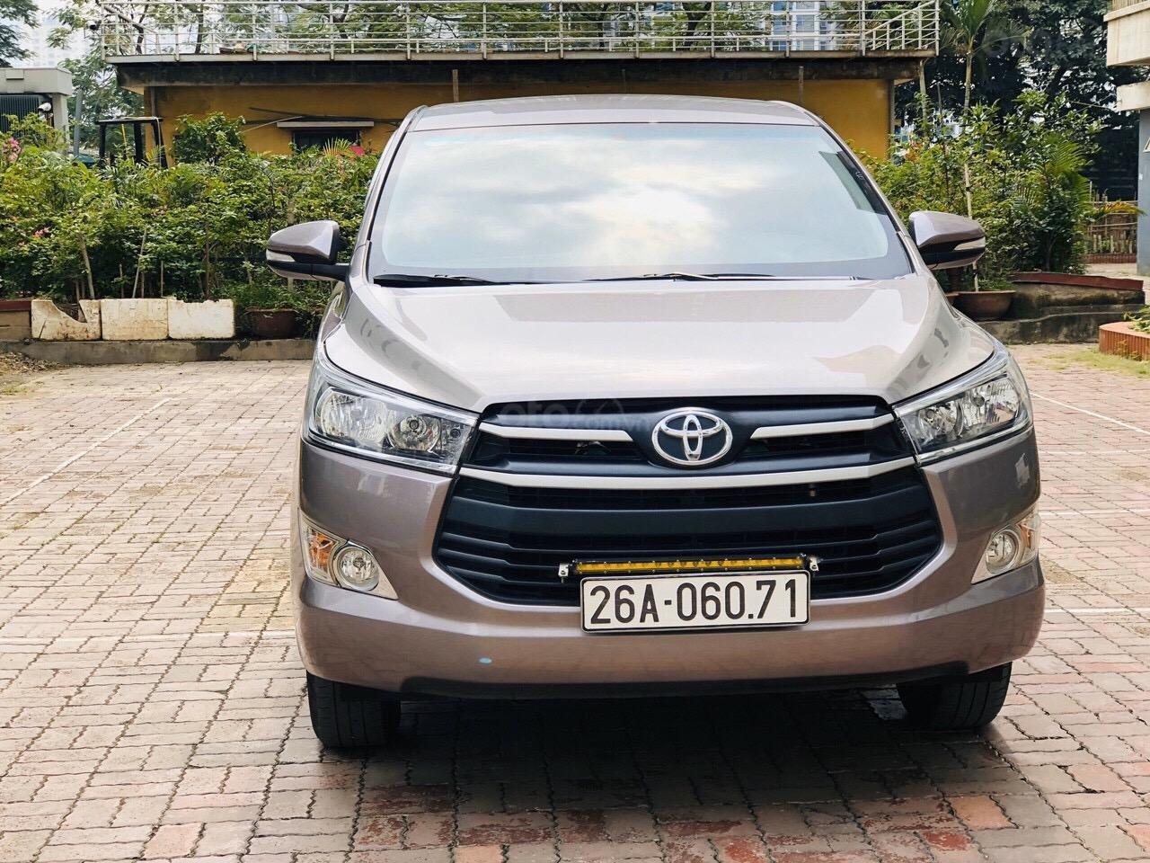 Cần bán xe Toyota Innova 2.0E năm sản xuất 2017, màu xám (ghi) (1)