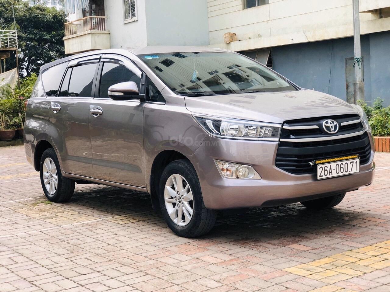 Cần bán xe Toyota Innova 2.0E năm sản xuất 2017, màu xám (ghi) (2)