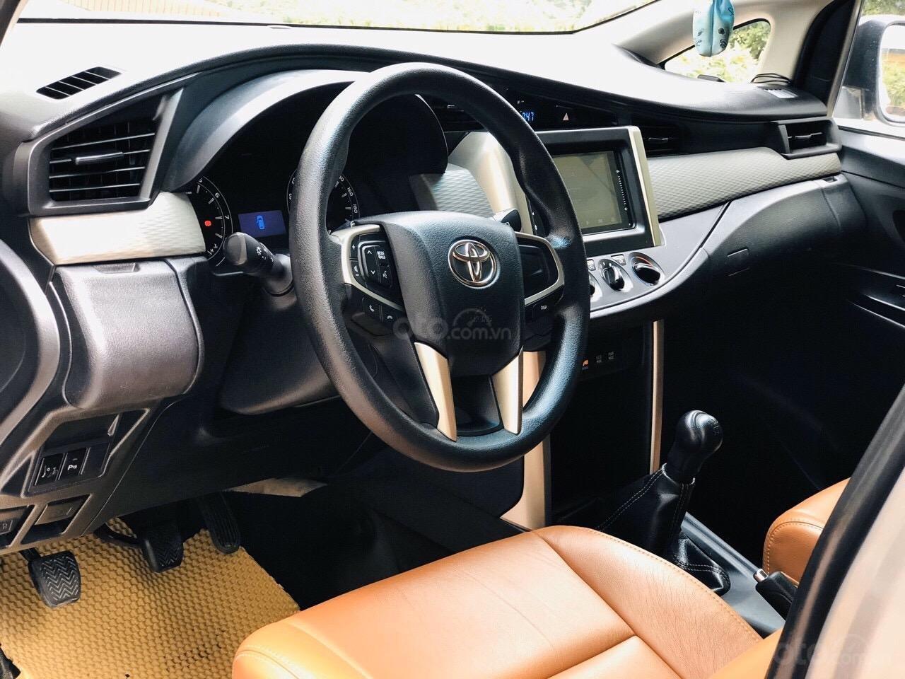 Cần bán xe Toyota Innova 2.0E năm sản xuất 2017, màu xám (ghi) (7)