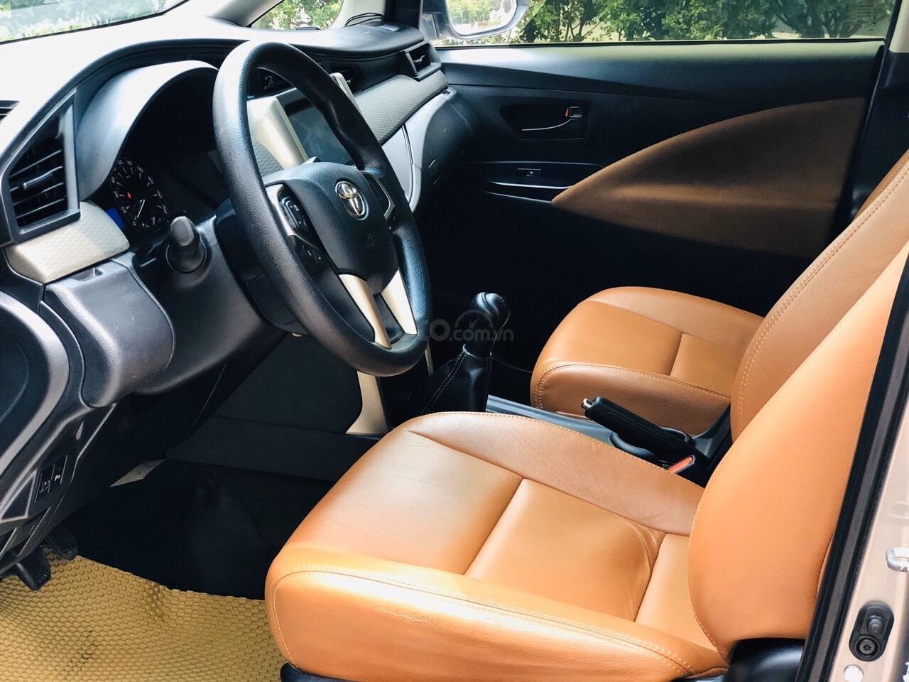 Cần bán xe Toyota Innova 2.0E năm sản xuất 2017, màu xám (ghi) (6)
