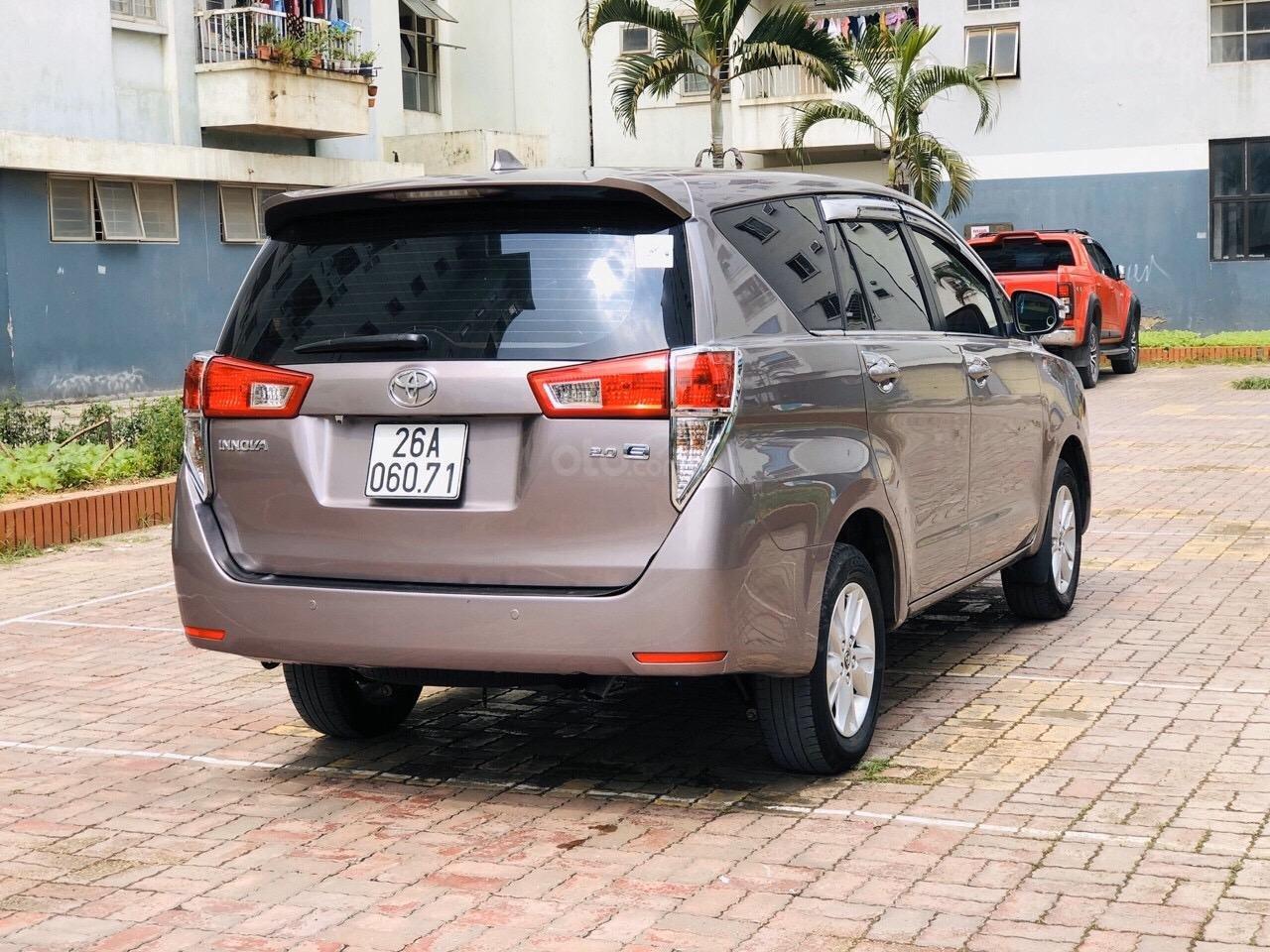 Cần bán xe Toyota Innova 2.0E năm sản xuất 2017, màu xám (ghi) (5)