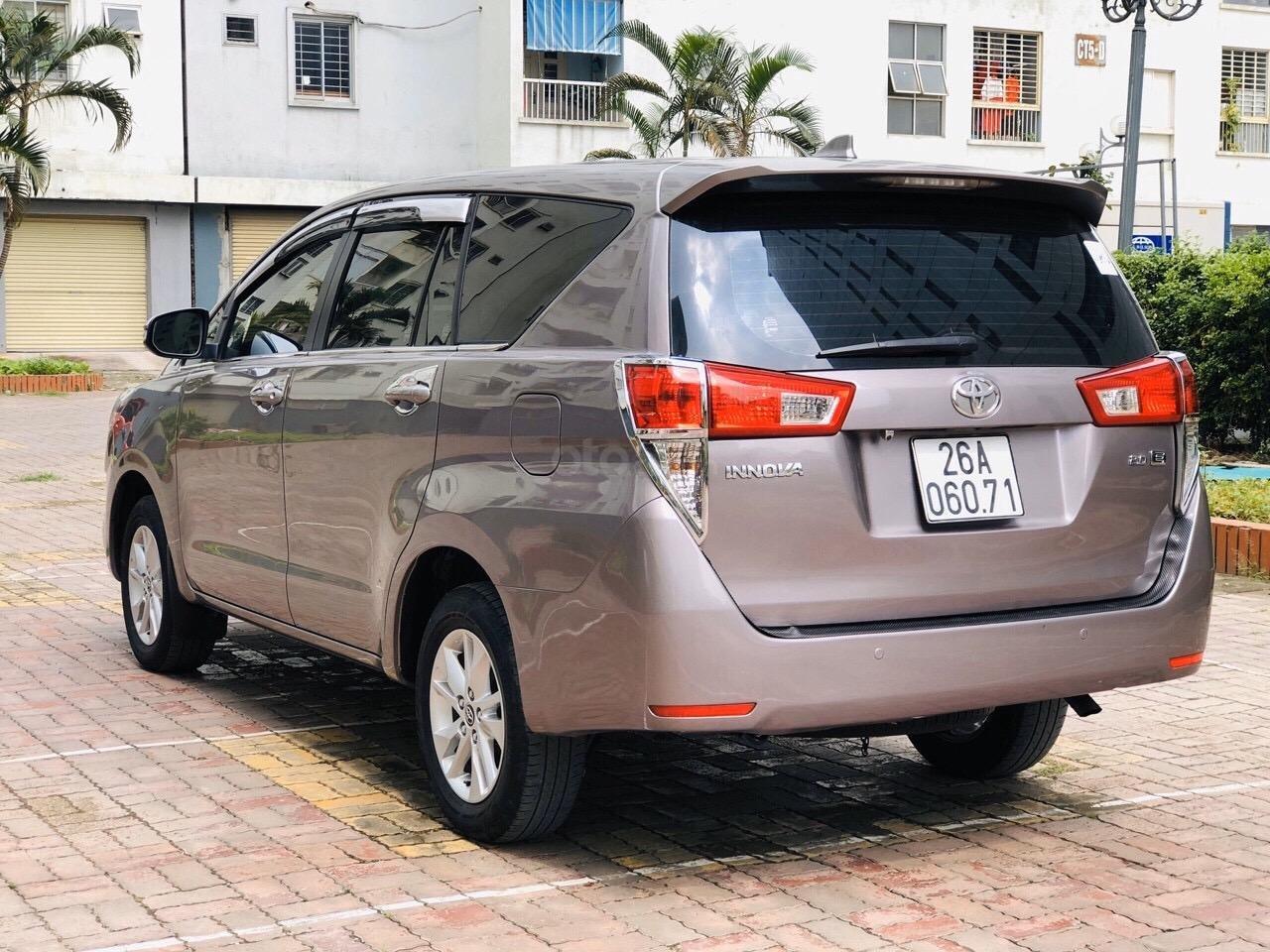 Cần bán xe Toyota Innova 2.0E năm sản xuất 2017, màu xám (ghi) (4)