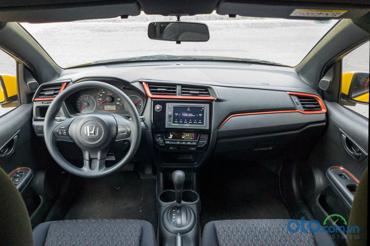 Nội thất của Honda Brio 2019 với các đường trang trí màu cam to ra không ăn nhập với màu sơn Vàng của ngoại thất.