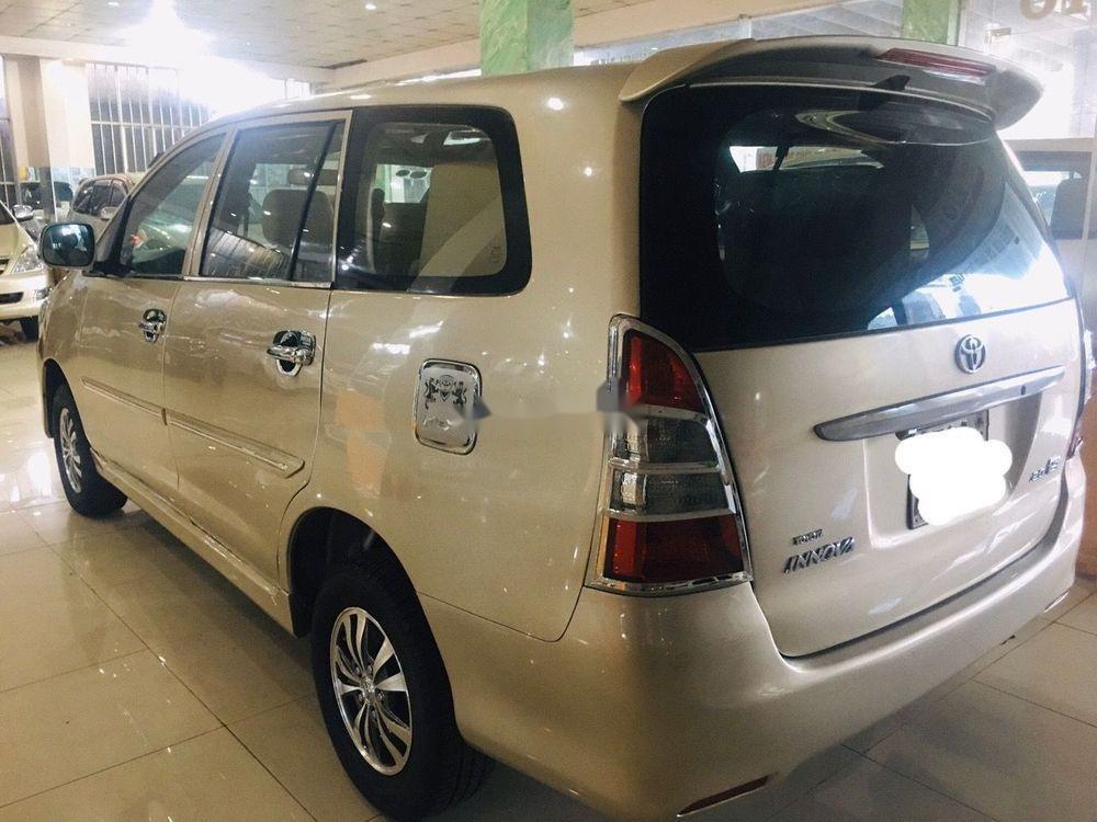 Cần bán gấp Toyota Innova đời 2013, màu vàng, 360tr (2)