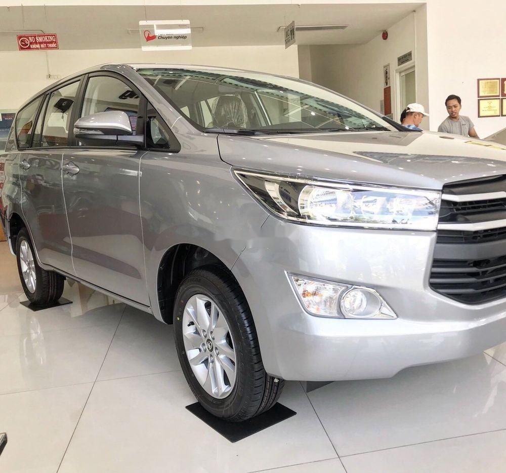 Bán xe Toyota Innova E năm sản xuất 2018, màu bạc (4)