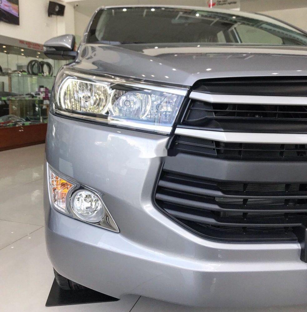 Bán xe Toyota Innova E năm sản xuất 2018, màu bạc (5)