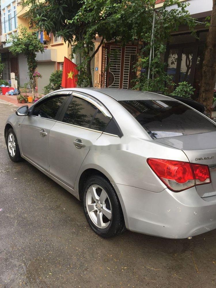 Cần bán lại xe Chevrolet Cruze đời 2010, màu bạc số sàn (1)
