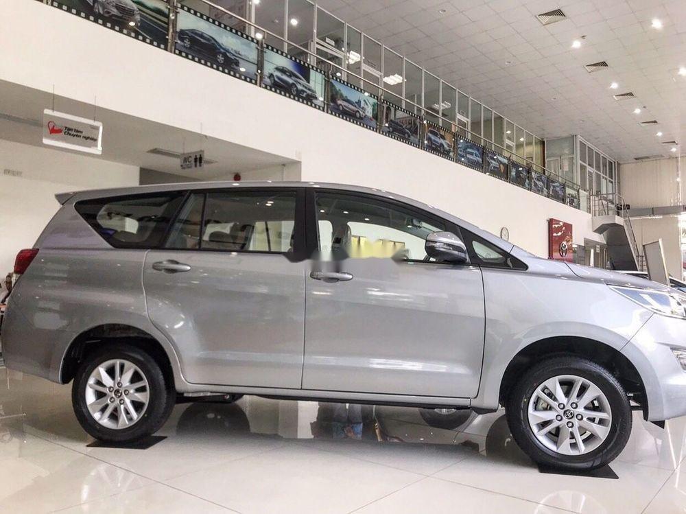 Bán xe Toyota Innova E năm sản xuất 2018, màu bạc (3)