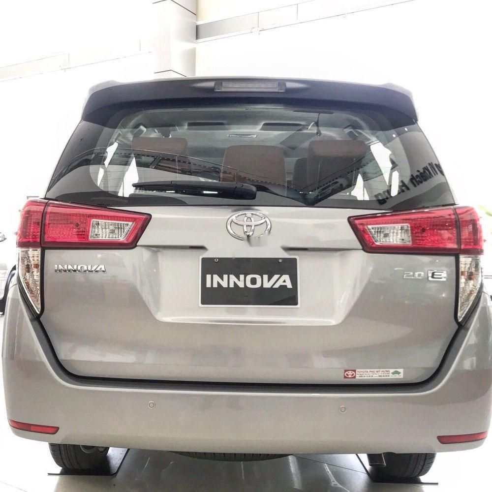 Bán xe Toyota Innova E năm sản xuất 2018, màu bạc (2)